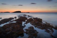 Soluppgång över den steniga kustlinjen på Meditarranean havslandskap i S Arkivbilder