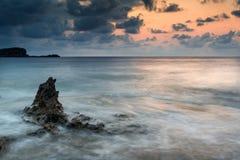 Soluppgång över den steniga kustlinjen på Meditarranean havslandskap i S Royaltyfria Foton