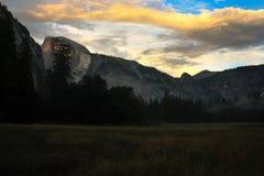 Soluppgång över den Yosemite dalen med den halva kupolen en El Capitan Mounta Fotografering för Bildbyråer