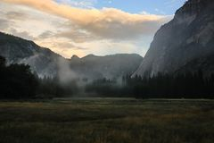 Soluppgång över den Yosemite dalen med den halva kupolen en El Capitan Mounta arkivbilder