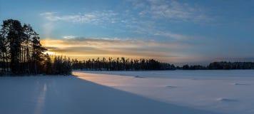 Soluppgång över dentäckte sjön Arkivfoton