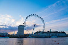 Soluppgång över det London ögat Royaltyfria Bilder