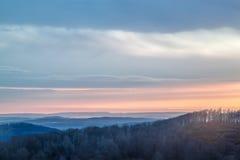 Soluppgång över en bergskedja royaltyfri fotografi