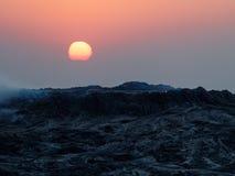 Soluppgång över ertaölet i Etiopien fotografering för bildbyråer
