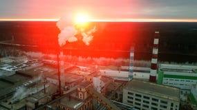 Soluppgång över fabriken royaltyfria bilder