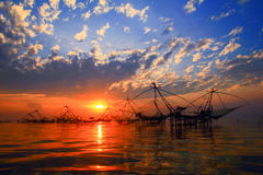 Soluppgång över fiskeområde Royaltyfri Bild