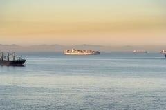 Soluppgång över fjärden av Gibraltar från ms Queen Elizabeth Royaltyfri Foto