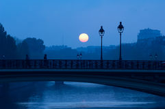 Soluppgång över floden Seine, Paris Fotografering för Bildbyråer