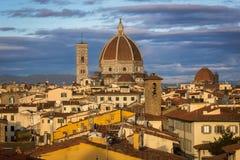 Soluppgång över Florence och de Cattedrale dina Santa Maria del Fior Arkivbild