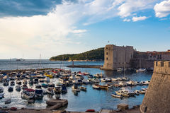 Soluppgång över full upptagen Dubrovnik Kroatien härbärgerar boaen för blå himmel arkivbilder