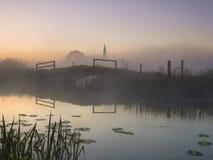 Soluppgång över Goosey broOlney bockar Arkivfoton