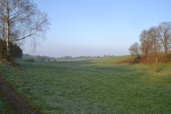 Soluppgång över grässlätt i Tyskland Royaltyfri Foto