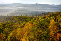 Soluppgång över Great Smoky Mountains på maximumet av Autumn Color Royaltyfria Foton