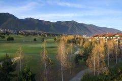 Soluppgång över höstgräsplanlandskap med golfbanan royaltyfria foton