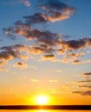 Soluppgång över hav. Arkivfoton