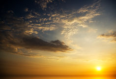 Soluppgång över havet. Fotografering för Bildbyråer