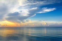 Soluppgång över havet Arkivfoto