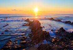 Soluppgång över havet - krit- sedimentära stenar Royaltyfria Bilder