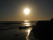 Soluppgång över havet med ett fartyg i vattnet Arkivfoto