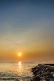Soluppgång över havs- och stenkust royaltyfri bild