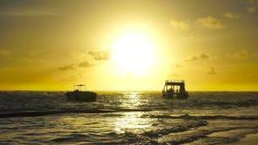Soluppgång över havvågor Två fartyg vaggar på vågorna stock video