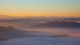 Soluppgång över hills Arkivfoto