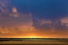 Soluppgång över horisonten. Fotografering för Bildbyråer