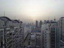Soluppgång över hyreshusar porslin tianjin arkivbilder