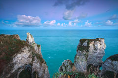 Soluppgång över klippor i havet Arkivbilder