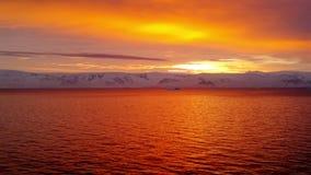 Soluppg?ng ?ver kustlinjen av Antarktis lager videofilmer