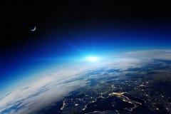 Soluppgång över planetjord i utrymme stock illustrationer