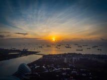 Soluppgång över sändningsgränder i Singapore Royaltyfri Foto