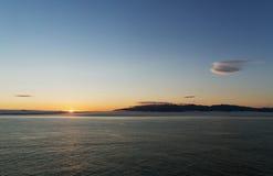 Soluppgång över seacoasten Arkivbild