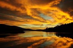 Soluppgång över sjön Fotografering för Bildbyråer