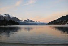 Soluppgång över sjön Wakatipu royaltyfri foto