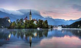Soluppgång över slotten på den blödde sjön, Slovenien royaltyfri bild