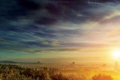 Soluppgång över stad Royaltyfri Fotografi