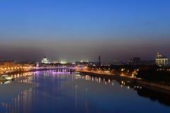 Soluppgång över staden och floden Arkivfoton