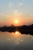 Soluppgång över staden och floden Royaltyfri Fotografi