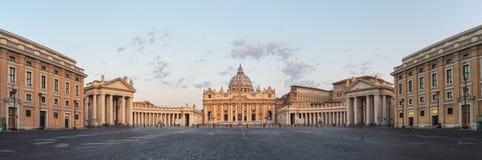 Soluppgång över Sten Peters Basilica i Vatican City Arkivbilder