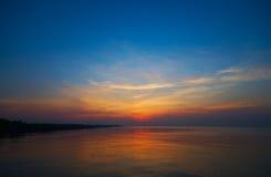 Soluppgång över stranden Royaltyfria Bilder