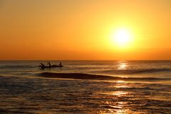 Soluppgång över stranden på Puri i Odisha, Indien arkivfoton