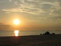 Soluppgång över sydkinesiska havet Arkivbilder