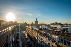 Soluppgång över taken i en stad royaltyfri bild