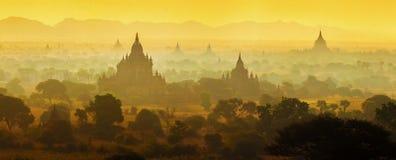 Soluppgång över tempel av Bagan Arkivfoto