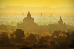 Soluppgång över tempel av Bagan Royaltyfri Fotografi