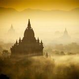 Soluppgång över tempel av Bagan Royaltyfria Bilder
