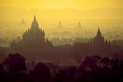 Soluppgång över tempel av Bagan Fotografering för Bildbyråer