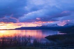 Soluppgång över Torne träsk och det u-formiga berget namngav Lapporten Arkivbilder