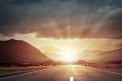 Soluppgång över vägen Arkivfoton